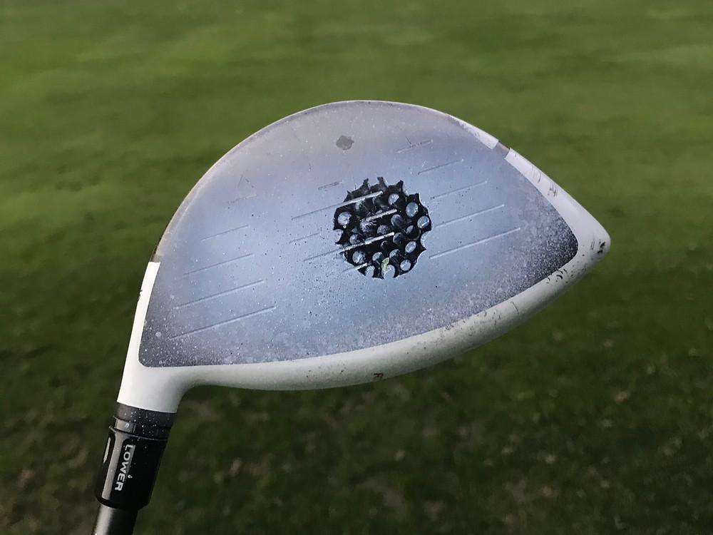 Golfschläger mit mittig markiertem Treffpunkt