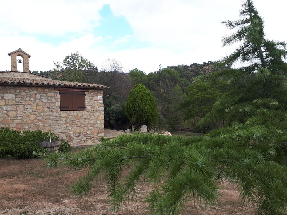 Detalle jardin fachada de capilla