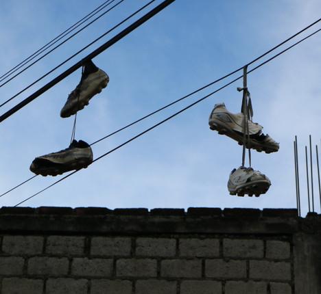 7 zapatillas colgantes en San Luis.JPG