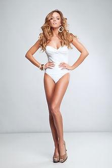 kobieta w białym bikini