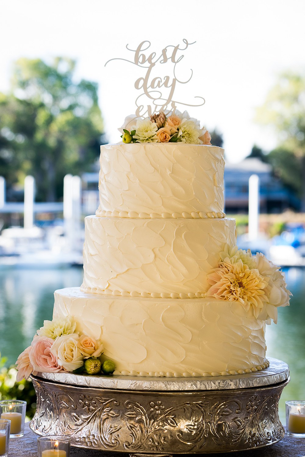 Best Day Ever cake by Freeport Bakery. Flowers by Visual Impact Design. Photo by Mapurunga Photography