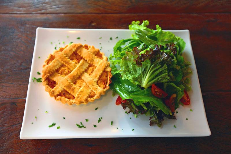 Torta de Frango com Salada