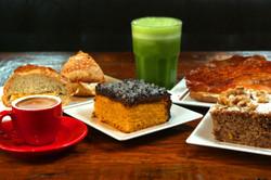 bolos, café e suco