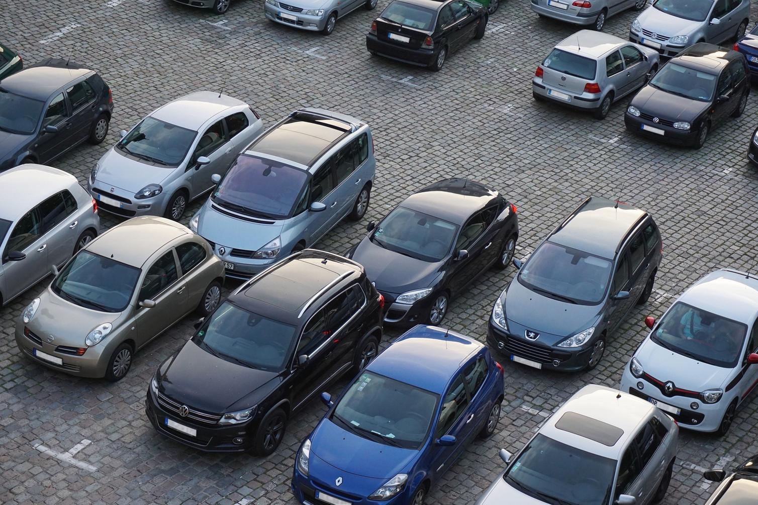 sehr gute Verkehrsanbindung und kostenlose Parkplätze