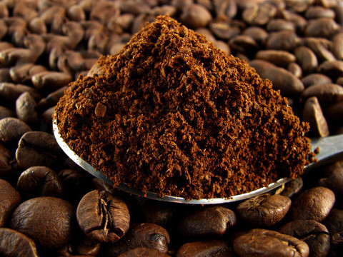 spoon-the-ground-coffee-against-the-grai