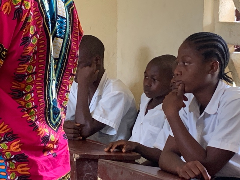 Elever i dyp konsentrasjon under stavekonkurransen