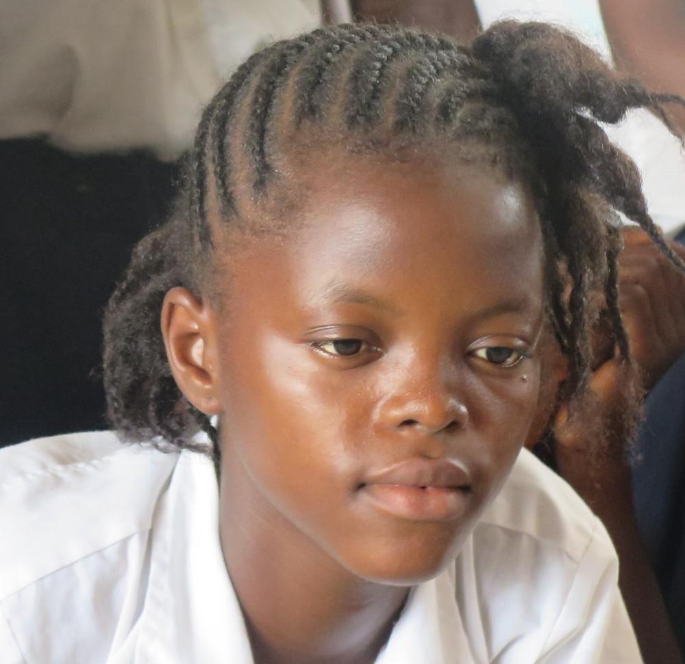 En av våre jenter i Liberia i dyp konsentrasjon