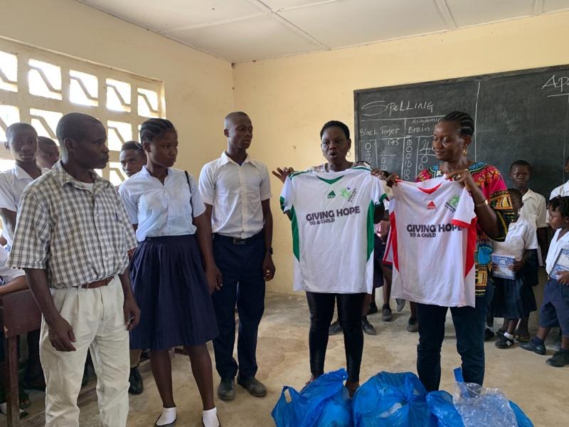 Presentasjon av lag drakter til verdens første Giving Hope to a Child team