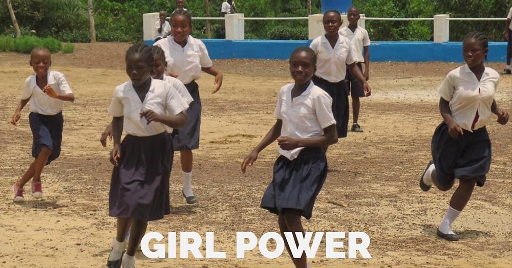 Jentene i fotballkamp mot gutta!