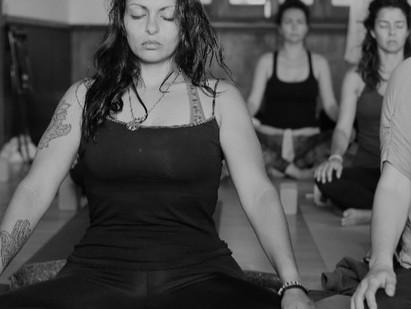 Yoga: herramienta de bienestar para la MUJER