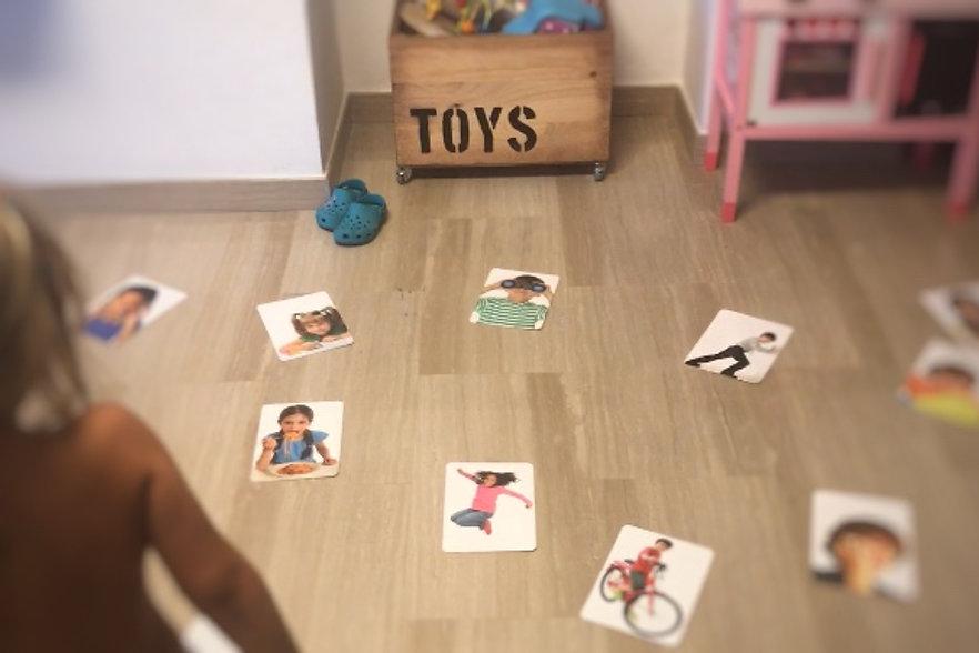 Niña jugando con flashcards