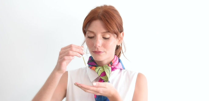 Rituel dermapositive en 2 étapes, sentir pour ressentir et appliquer sur le visage.