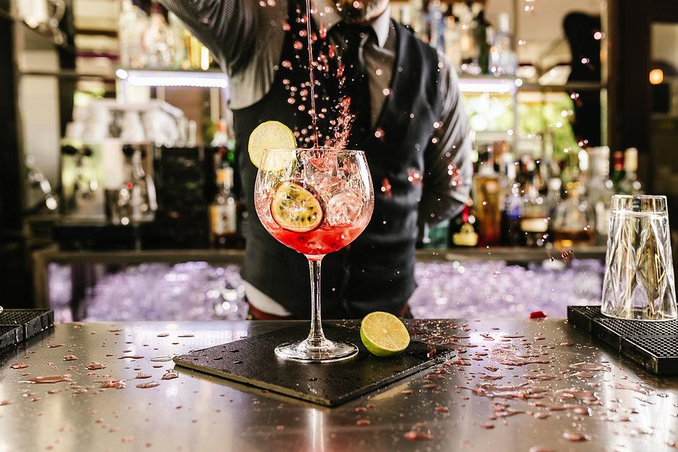 Bartender Cocktail de derramamento