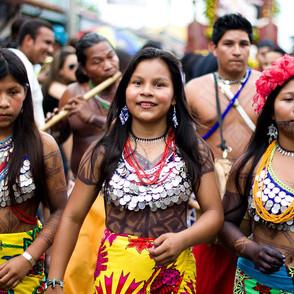 1200px-Mujeres_de_la_etnia_Emberá.jpg