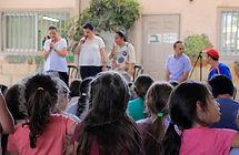 """דיירות במערך הדיור של אבוקת אור, במהלך הופעה בפני תלמידי בי""""ס"""