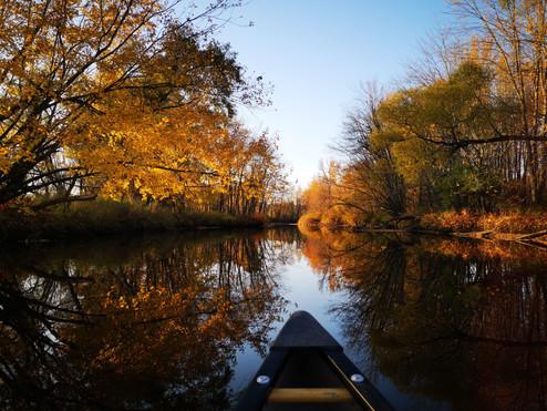 Canot en automne dans la rivière Bécancour