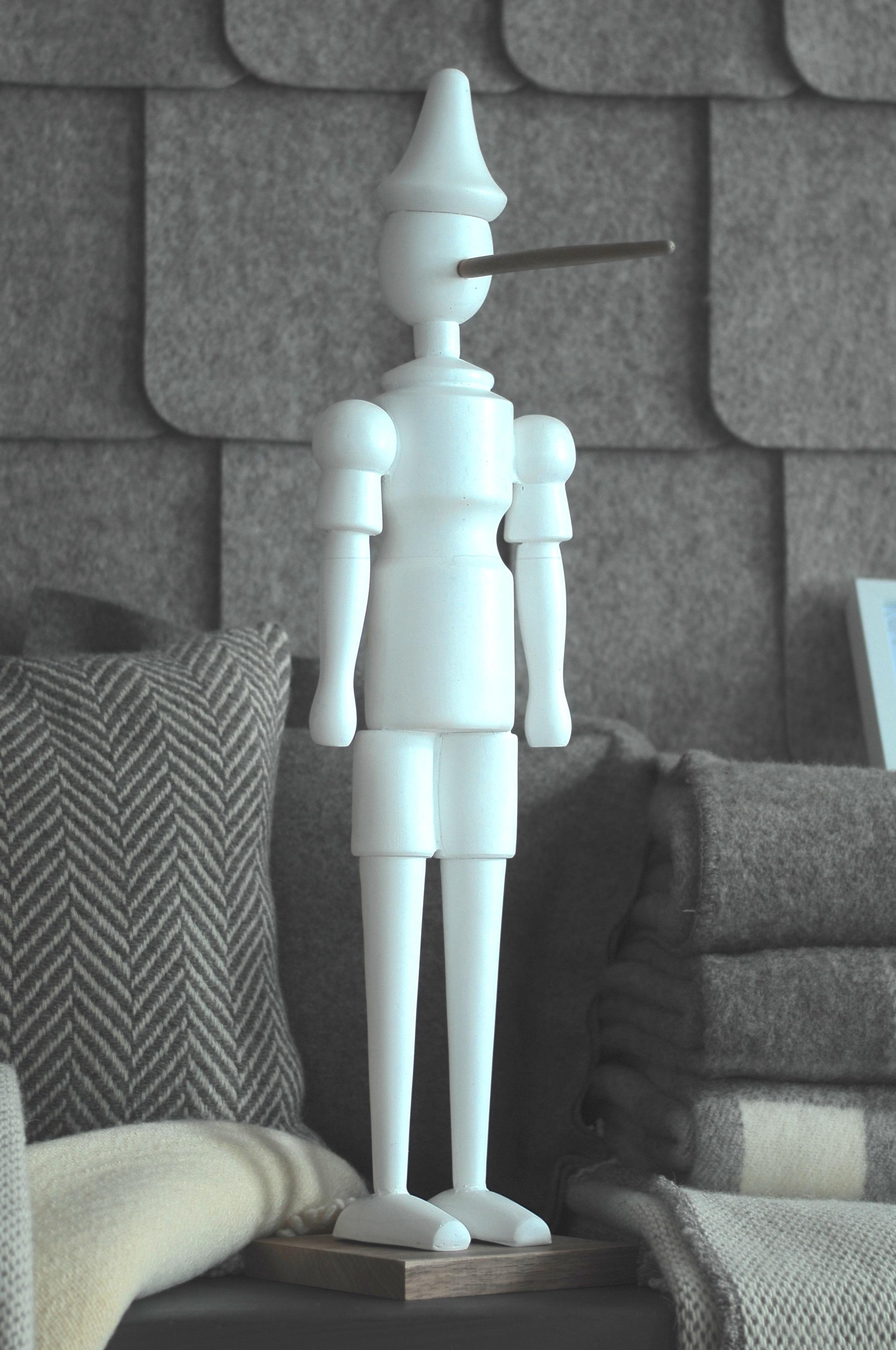 Pinochio plasticrète blanche. nez et socle en chêne  www.alpine-concept-store