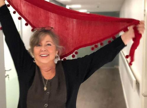 Klara Yvonne Klingspor dansar med röd sjal
