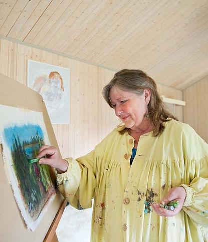 Klara Yvonne Klingspor målar tavla i sin ateljé