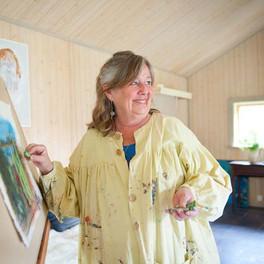 Klara målar i ateljén