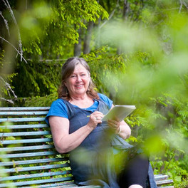 Klara skriver dikter i skogen
