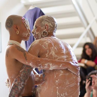 Entre Partos e Bombas - Foto: Claire Jean - Galeria Jaqueline Martins/SP - 2013