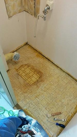 トイレ撤去 明石市 隅付きタンク 施工中