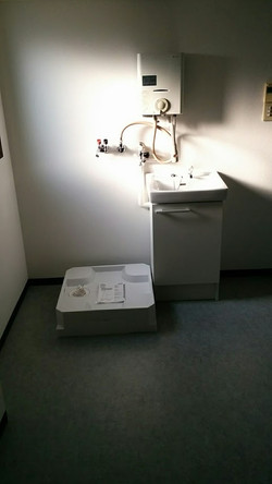 今回東大阪市にて元々キッチンが付いていた場所に洗濯パンと洗面台を付けたい