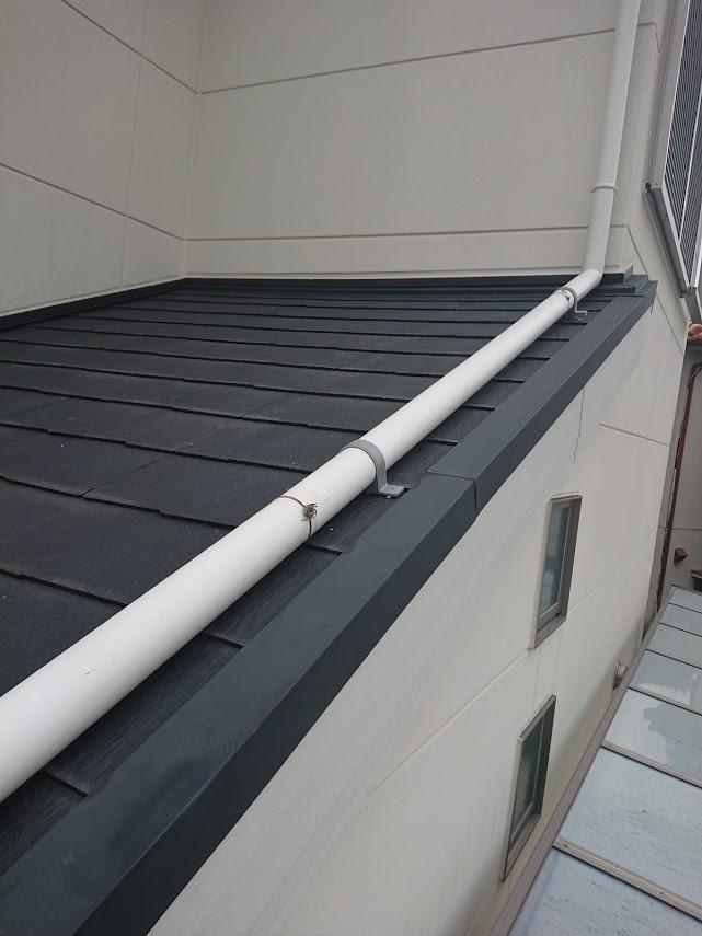 堺市 雨樋(1F玄関屋根上)配管改修工事 バンド固定