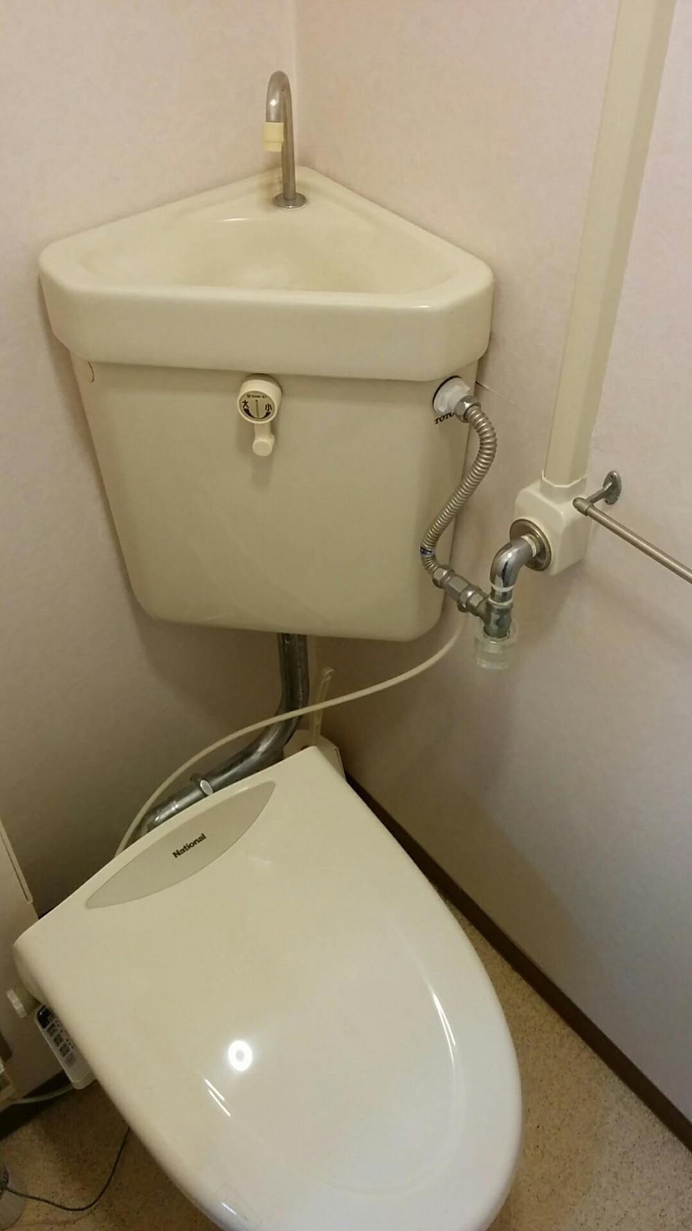 明石市 トイレ改装工事 施工前 隅付きタンク toto