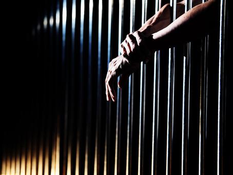 Widerruf der Bewährungsstrafe wegen Facebook-Posts: Haftstrafe möglich