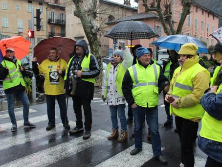 """Le journaliste Jacques Cotta et des """"gilets jaunes"""" perturbent le Grand débat au hameau de Libre, à"""