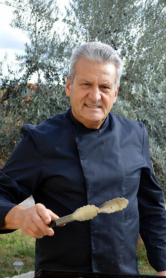 Le Chef en pleine action devant une plancha de poulet
