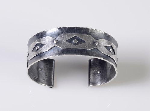 B53 Diamond Line Cut Out Cuff