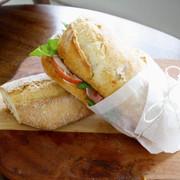 Nduja smörgås med brieost, tomat och prosciutto