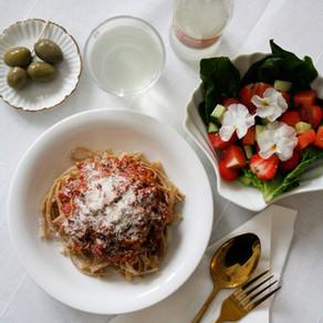 Vegetarisk pasta bolognese med fräsch sommarsallad och örtvinägrett