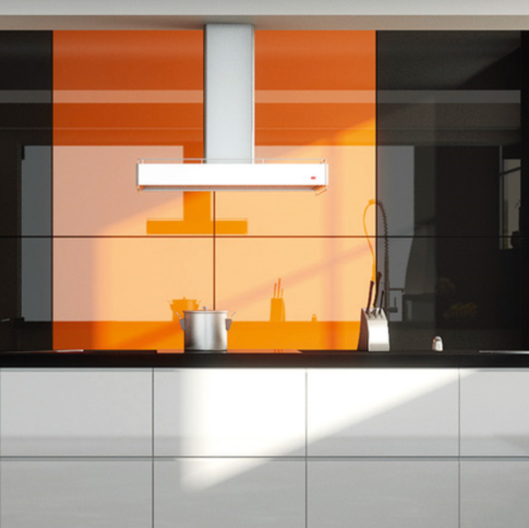 Яркий интерьер кухни в стиле модерн