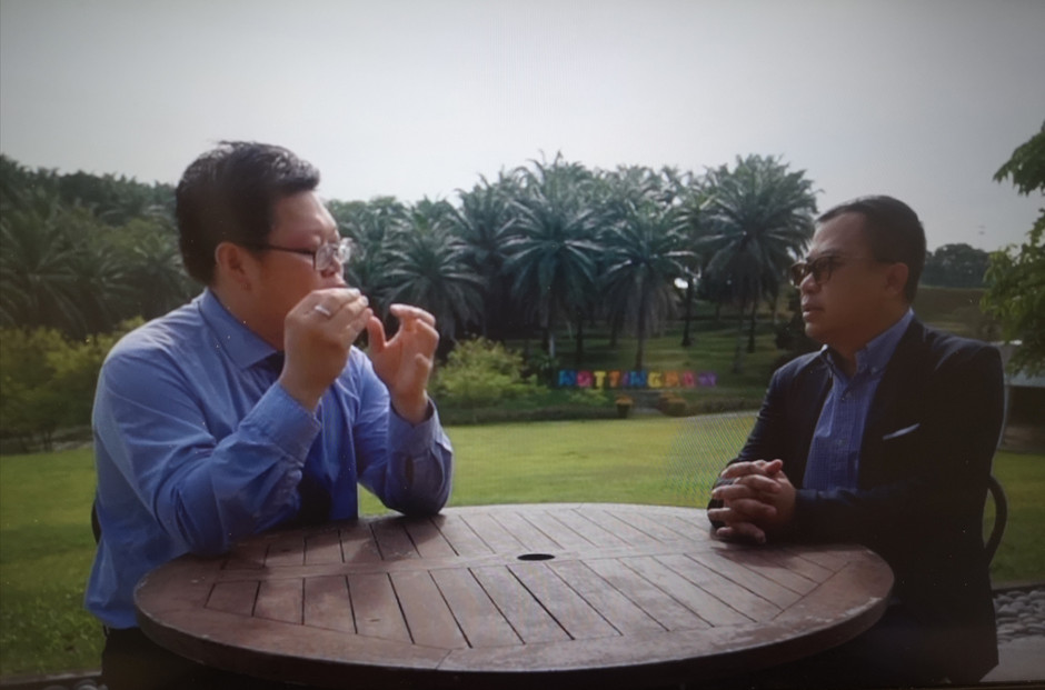 Asian Rich Daddy discussing durian scriptures with other professionals 亚洲富爸爸与各路专家畅谈榴梿经