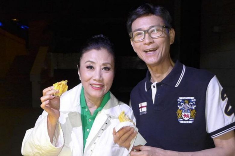 Hong Kong stars Liza Wang and Adam Cheng feast on durians after concert