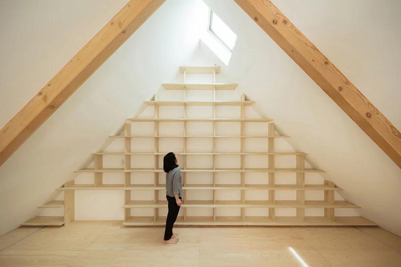 Das Bücherregal aus Kiriholz ist ebenso ein absoluter Hingucker des Hinge House in Tokio.