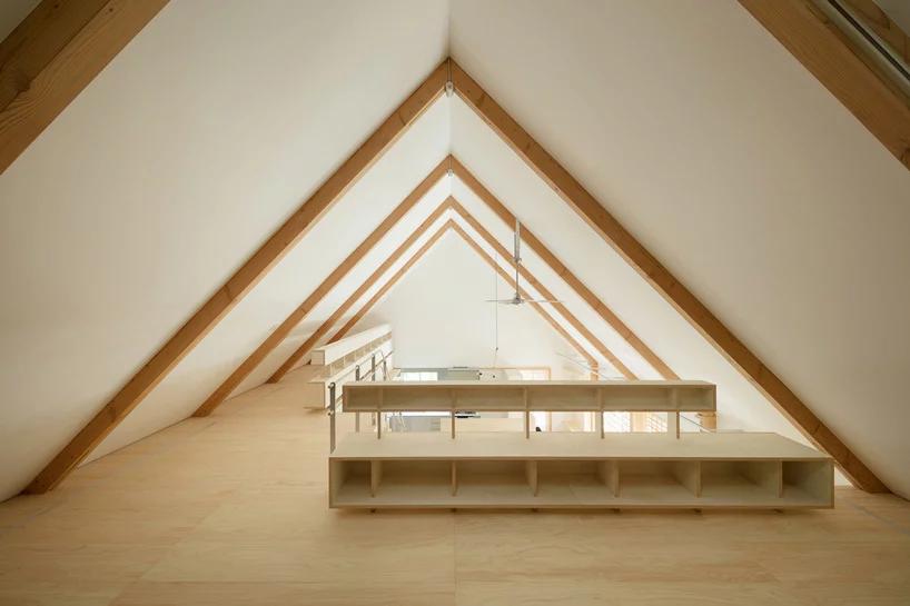 Der Dachstuhl dieses Hauses ist überwiegend mit Kiriholz designed.