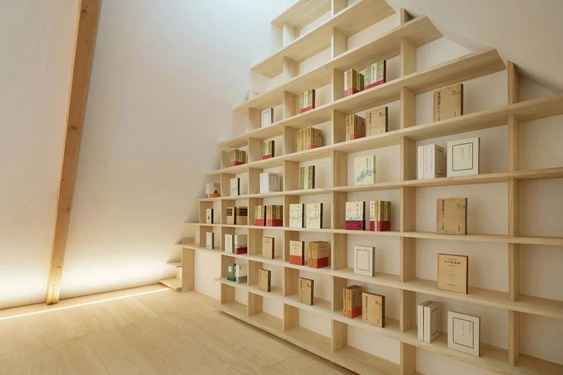 Das Holz des Blauglockenbaumes ist stabil genug, um daraus auch Bücherregale herzustellen.