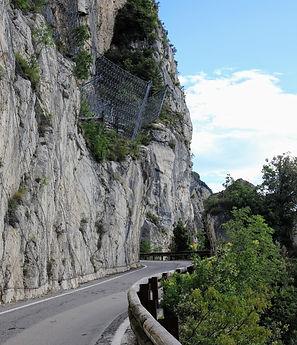 Bergstraßen an er Steilküste.