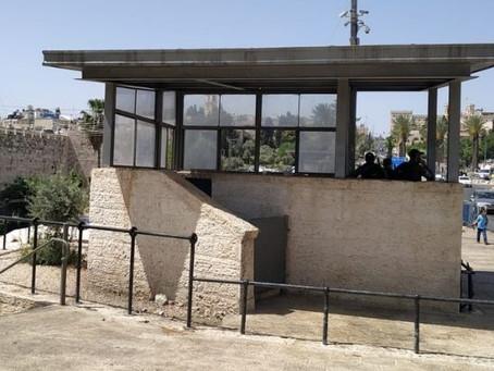 אלימות שוטרים נגד פלסטינים בביתן משטרתי בשער שכם