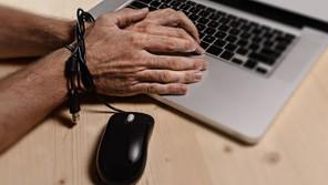 תביעות השתקה של שוטרים נגד מגיבים באינטרנט