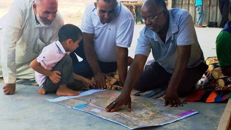 תושבים מוואדי אלנעם מעיינים במפת התוכנית