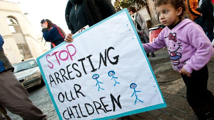 ילדה עם שלט - Stop arresting our children