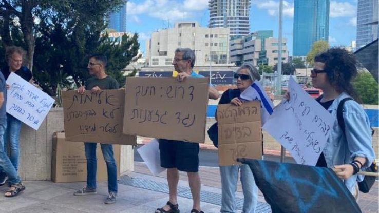 משמרת מחאה נגד מנהל שיידה אבנים