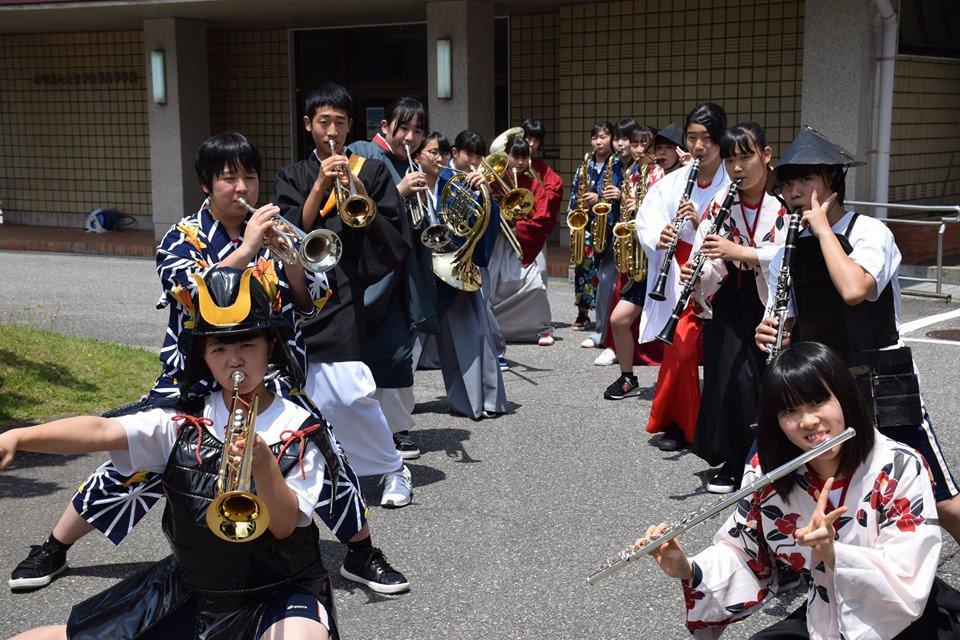 加賀3高ブラスバンド部は「参勤交代うぉーく」を演奏歩行で盛り上げる