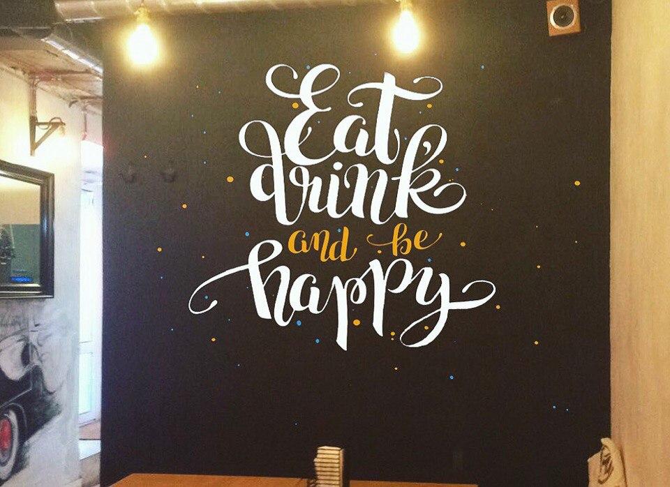 меловая роспись в кафе  - белый рисунок на черной стене шрифтовая композиция